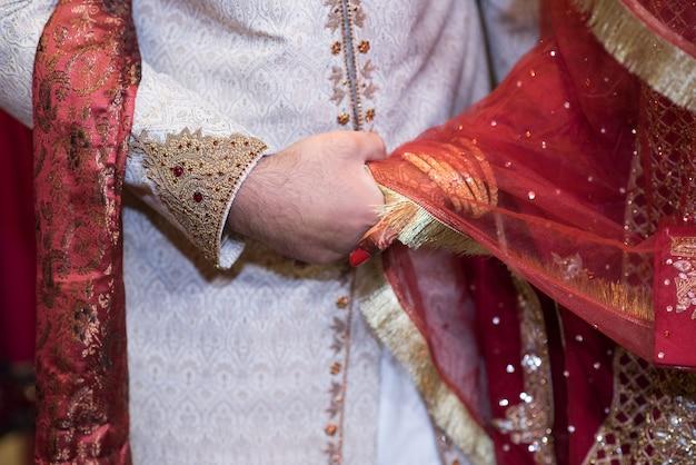 Braut bräutigam händchen haltend