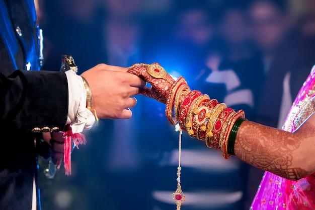Braut & bräutigam hand zusammen in indischen hochzeit