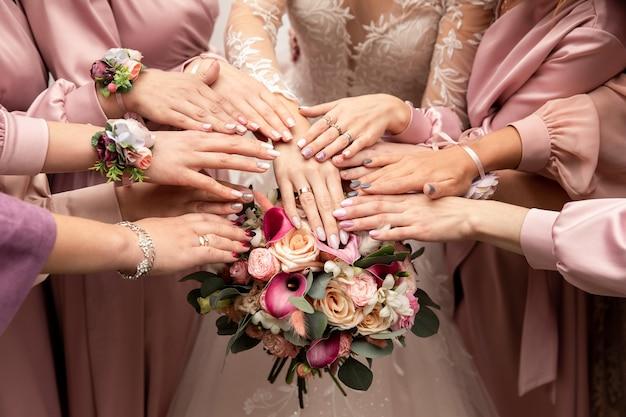 Braut, brautjungfern und hochzeitsstrauß