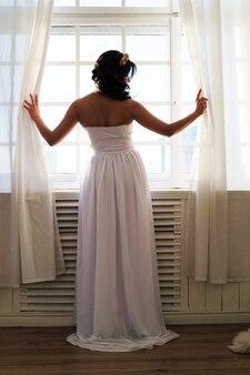 Braut, die blumenstrauß hält