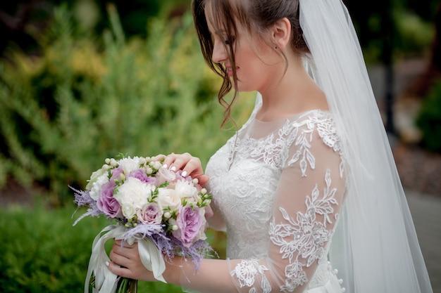 Braut, die bunten eleganten modernen herbsthochzeitsstrauß hält. das konzept von lebensstil und hochzeit