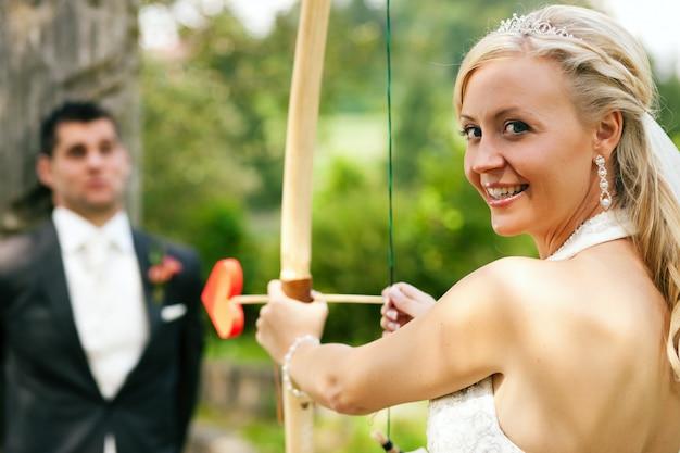 Braut, die einen bräutigam sich schießt