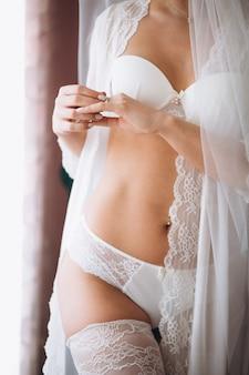 Braut, die für hochzeitszeremonie sich vorbereitet