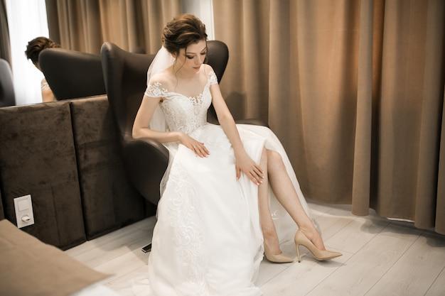 Braut, die für ihre hochzeit sich vorbereitet
