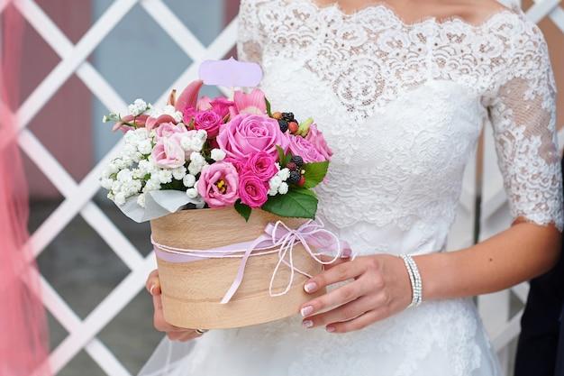 Braut, die hochzeitsblumenstrauß an der zeremonie hält