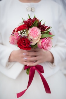 Braut, die hochzeitsblumenstrauß hält