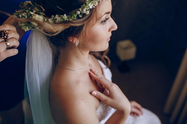 Braut, die ihr haar getan