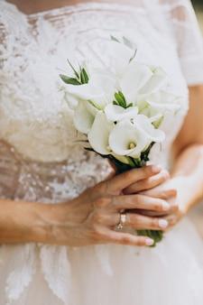 Braut, die ihren blumenstrauß an ihrem hochzeitstag hält