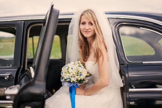 Braut, die im auto