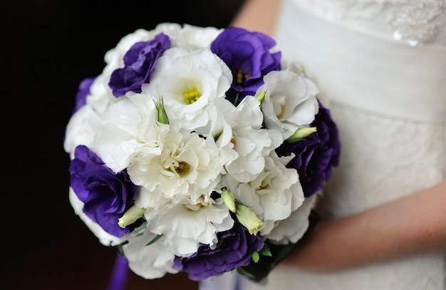 Braut, die schönen hochzeitsblumenstrauß auf gehzeit hält