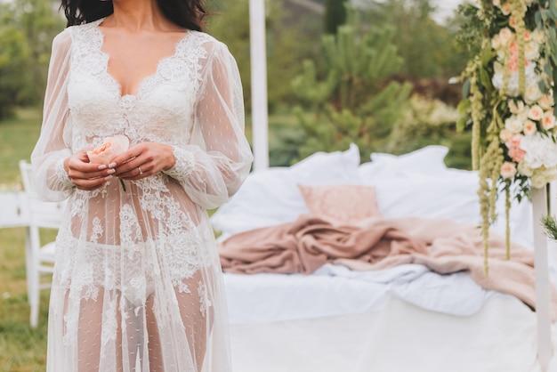Braut, die vor ihrer hochzeit tragende wäsche fertig wird