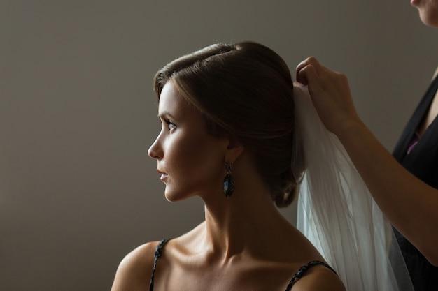 Braut, die zur hochzeit fertig wird