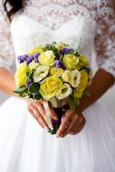 Braut hält blumenstrauß in händen