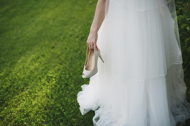 Braut hält einen schuh in der hand
