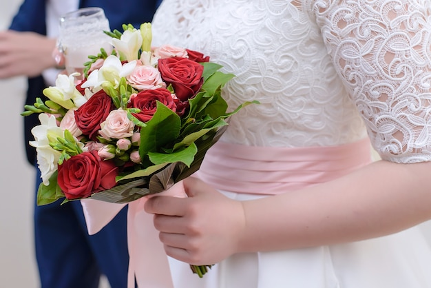 Braut hält hochzeitsstrauß