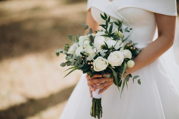 Braut hält ihren hochzeitsstrauß