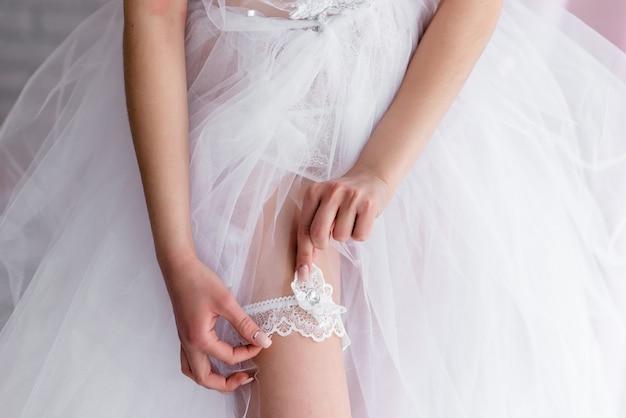 Braut hochzeit strumpfband tragen. eine frau zeigt ihre sexy beine