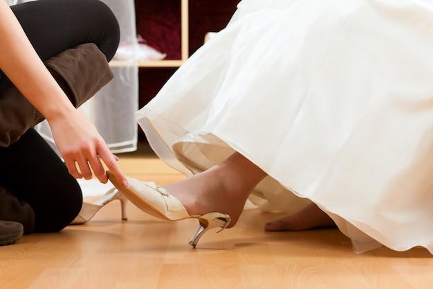 Braut im bekleidungsgeschäft für brautkleider