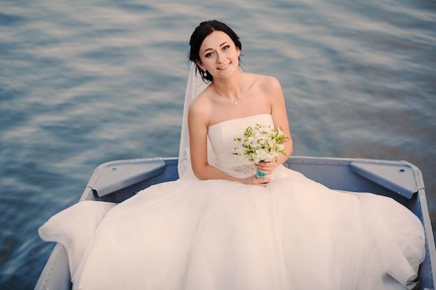 Braut im boot lächelnd
