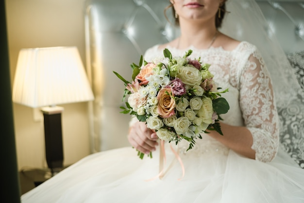 Braut im hochzeitskleid brautstrauß hochzeitsstrauß aus rosen hochzeitskleid