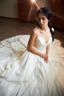 Braut im hochzeitskleid posiert