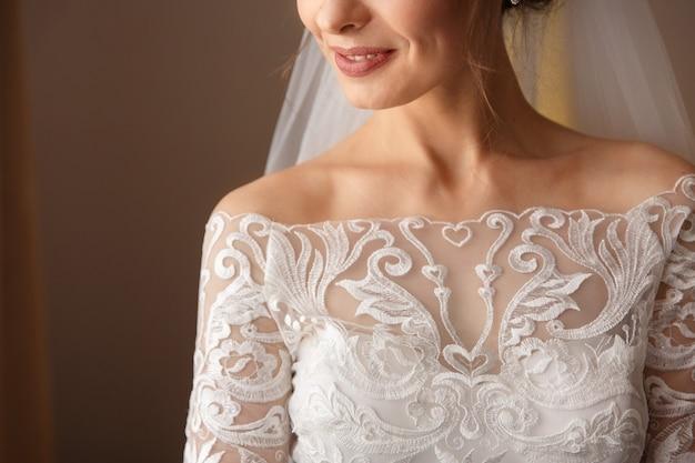 Braut im weißen hochzeitskleid mit spitze