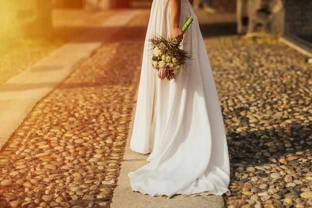 Braut im weißen langen kleid.