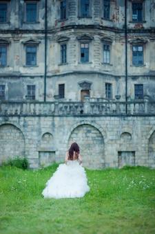 Braut in der nähe der alten burg
