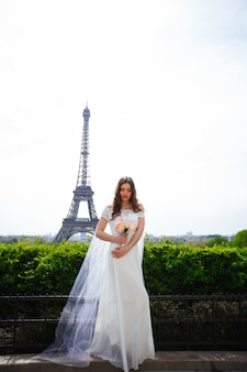 Braut in einem luxuriösen hochzeitskleid in paris