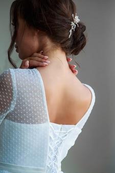 Braut in weißem hochzeitskleid rückansicht beschnittenes porträt.