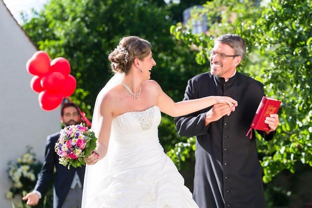 Braut läuft mit priester nach der hochzeit weg