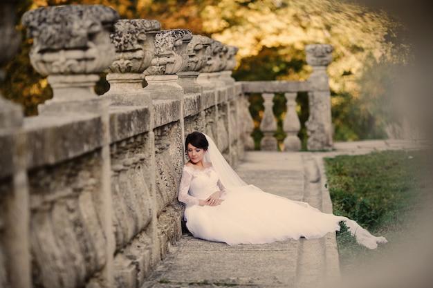 Braut lehnt gegen eine beton fance