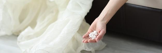 Braut liegt auf der couch mit einer handvoll pillen nahaufnahme familienkonflikte konzept