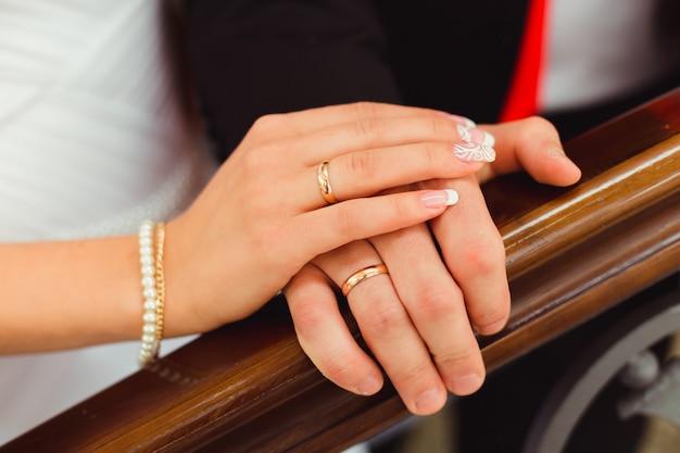 Braut liegt ihre hand über bräutigam