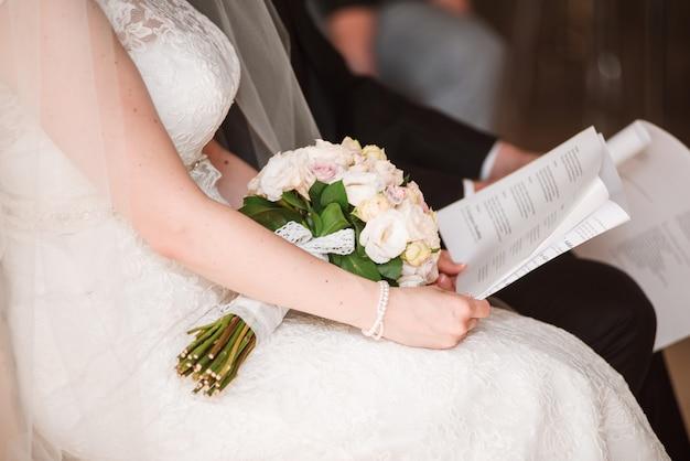 Braut liest eheversprechen.