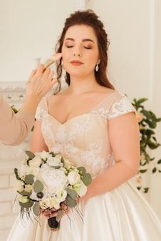 Braut macht ihr make-up fertig