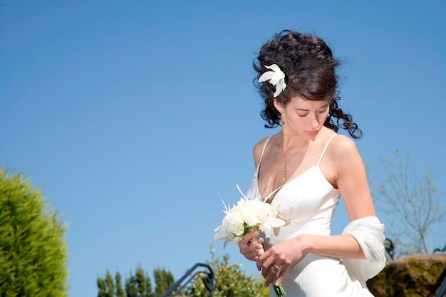 Braut mit dem blumenstrauß, der unten schaut
