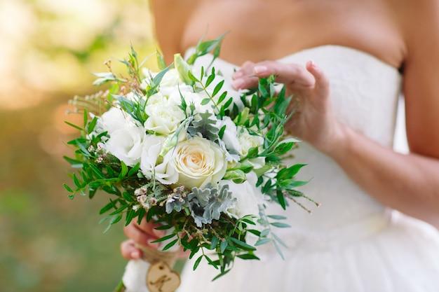Braut mit hochzeitsstrauß.
