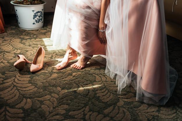 Braut mit kleid und absätzen