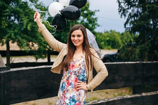Braut mit luftballons. junggesellenabschied und glückliche frau