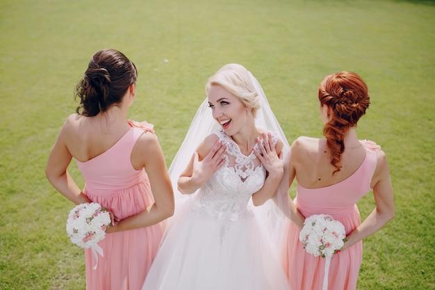 Braut mit seiner brautjungfern