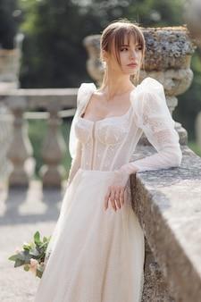 Braut mit weißer hochzeitsbraut