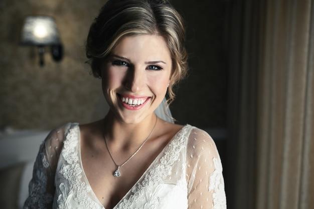 Braut posiert in einem hotelzimmer