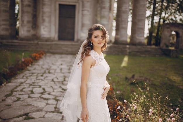 Braut posiert mit ihrer hand auf ihrem bauch
