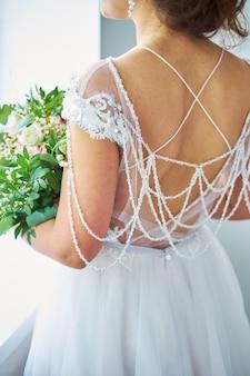 Braut schaut aus dem fenster, hochzeitstag, steht zurück