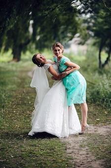 Braut tanzen mit brautjungfer