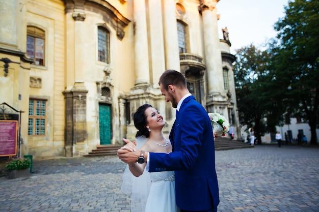 Braut tanzen und händchenhalten auf der straße