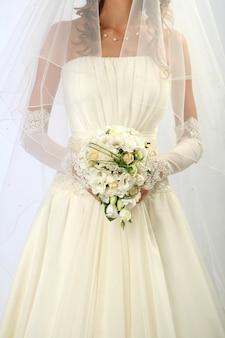 Braut trägt ein hochzeitskleid