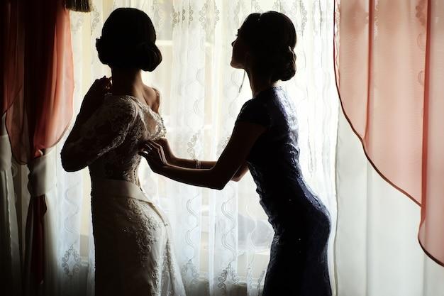 Braut trägt kleid