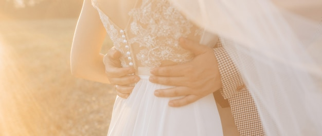 Braut und bräutigam am hochzeitstag umarmen und zeigen liebe bei sonnenuntergang verwischen hintergrund